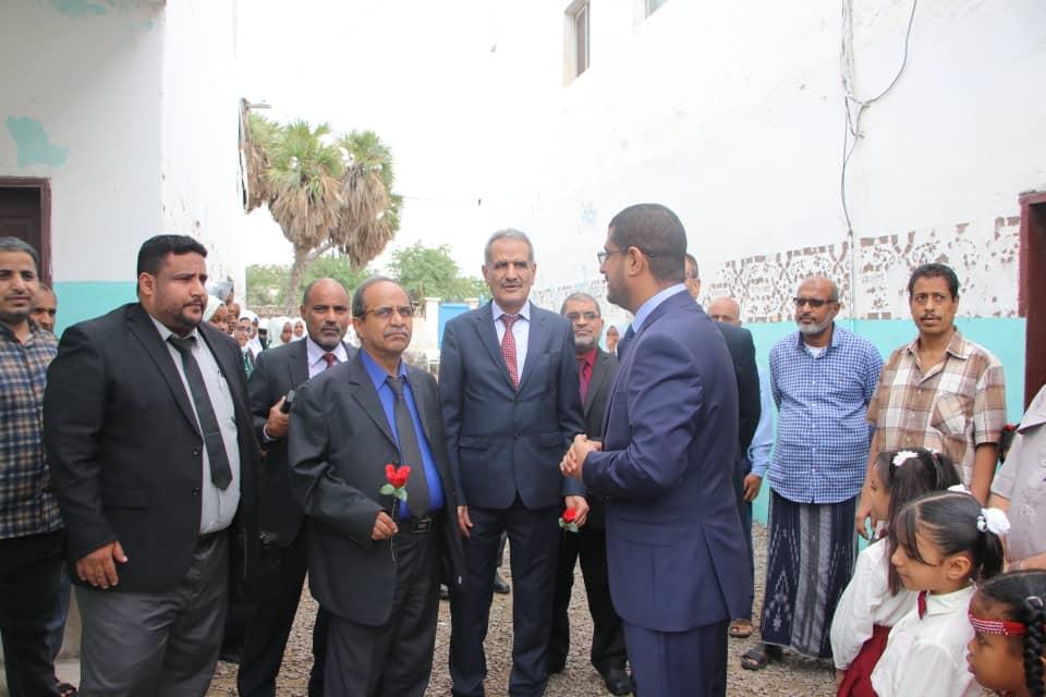 الوزيران لملس وباسلامة والوفد المرافق لهما يزورون المدرسة اليمنية في جيبوتي