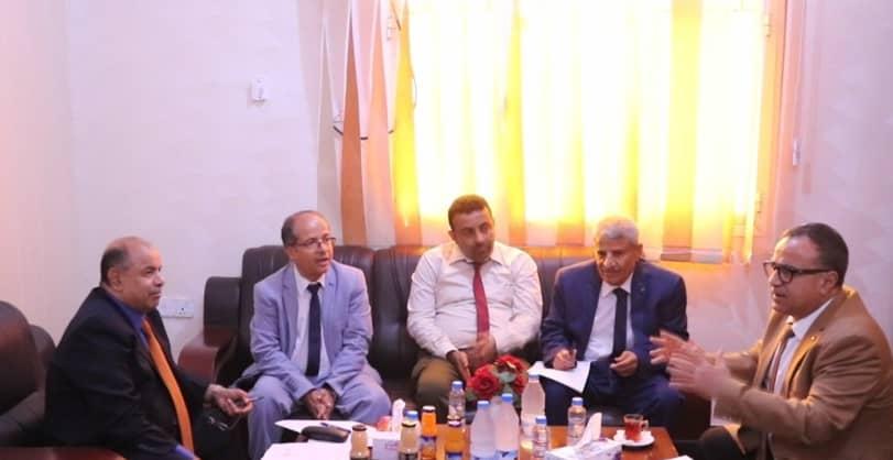 نائب رئيس الوزراء الخنبشي يطلع على ما تم إنجازه من طبيعة العمل والعلاوات السنوية للمعلمين