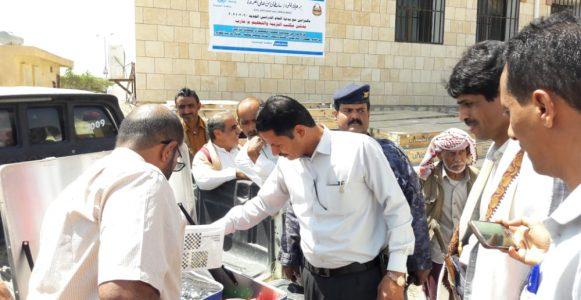مدير مكتب التربية والتعليم يدشن توزيع الفصول المؤقتة على مناطق النزوح