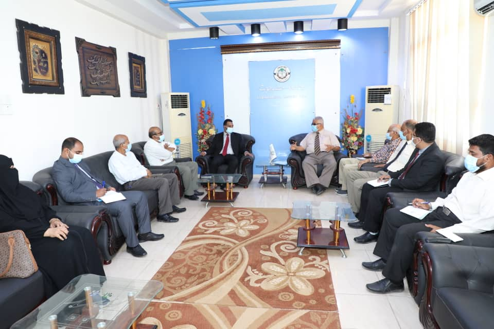 مناقشة تعزيز التعاون بين وزارة التربية وجامعة حضرموت